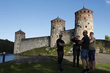 Poliisit pitivät Olavinlinnan edustalla palaveria keskiviikkoiltana.