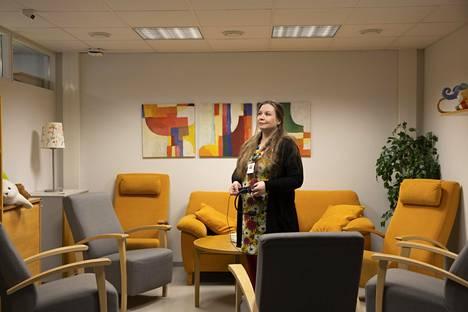 Sosiaalityöntekijä Inkeri Vierunen muistuttaa, että monen perheen jaksaminen nojaa yhteiskunnan tarjoamiin palveluihin, kuten kouluun, varhaiskasvatukseen ja kerhoihin.