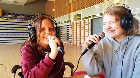 Julia Helppolainen ja Alina Ihalainen nauhoittivat Sompion koulun podcastkurssilla jaksoa, jossa he käsittelevät kokeiden aiheuttamia paineita.