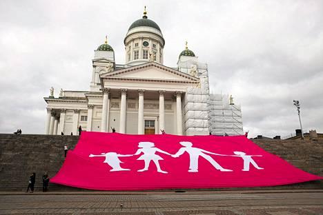 Aito avioliitto -lakana Tuomiokirkon portailla sunnuntaina.