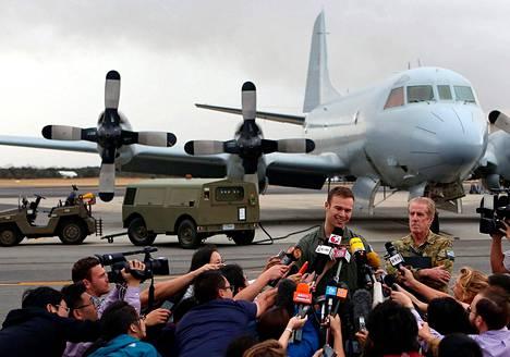 Australian ilmavoimien luutnantti Russell Adams kertoi viestimille kadonneen malesialaisen matkustajakoneen etsinnöistä ilmavoimien tukikohdassa lauantaina.