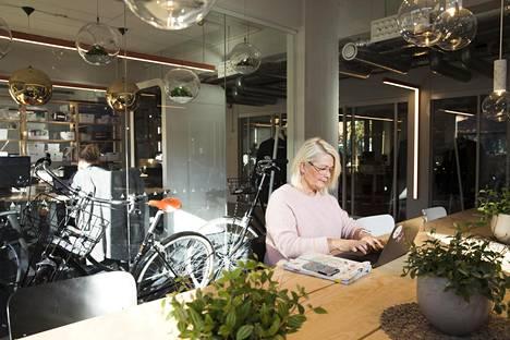 Asiakkuusjohtaja Riitta Anttila on järjestänyt työnsä niin, että ehtii tehdä hommansa ennen iltakuutta.