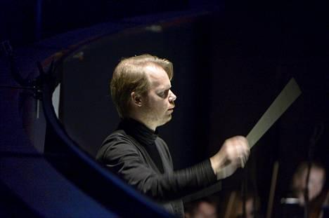 """Jaakko Kuusisto johtaa """"maailman suurinta sinfoniaorkesteria"""" lauantaina Oulussa."""