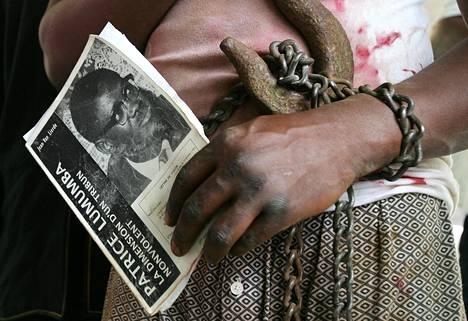 Mielenosoittaja piteli Kongon ensimmäisen pääministerin Patrice Lumumban kuvaa vuonna 2006.