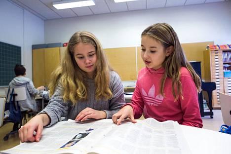 Sanomalehtiviikkoa vietetään joka vuosi helmikuussa. Lumia Lehtonen (vas.) ja Ida Kettunen lukivat lehteä Vantaalla Tuomelan koulussa vuonna 2017.