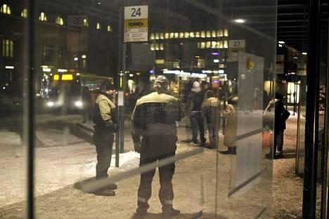 Turvallisuusalan ammattiliiton mukaan vartijat kohtaavat työssään entistä useammin väkivaltaa.