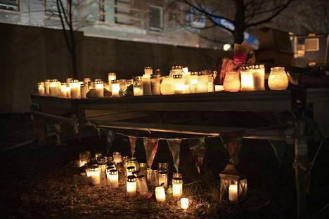 Kynttilöitä epäillyn murhan kohteeksi joutuneen 16-vuotiaan ruumiin löytöpaikalla Koskelan sairaalan alueella.