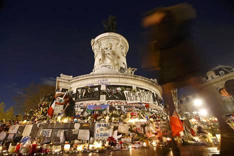 Pariisin terrori-iskun havahdutti myös Suomessa pohtimaan, miten estää nuorten radikalisoituminen ja kiinnostuminen ääriliikkeistä. Pariisin Tasavallanaukio täyttyi perjantaina iskujen uhrien muistoksi tuoduista kukista ja kynttilöistä.