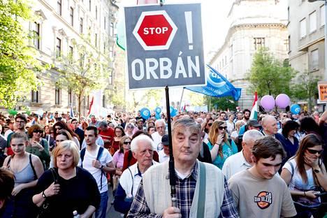 Budapestin kaduilla ihmiset ovat osoittaneet mieltään lakiesitystä vastaan. Arkistokuvaa huhtikuulta.