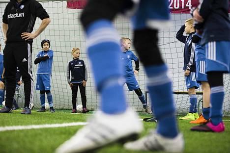 HJK:n 05-joukkueen harjoitukset Töölön jalkapallohallissa. Palloliiton strategia vuosille 2016–2020 vaikuttaa tulevina vuosien näiden juniorien pelaajakehitykseen.