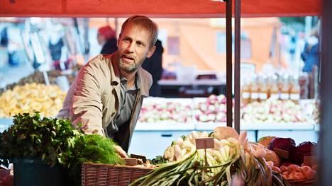 Ravitsemusneuvottelukunnan puheenjohtaja Sebastian Hielm katselee kasviksia Helsingin Kauppatorilla. Hän on lisännyt kasvisten käyttöä omassa ja perheensä ruokavaliossa.