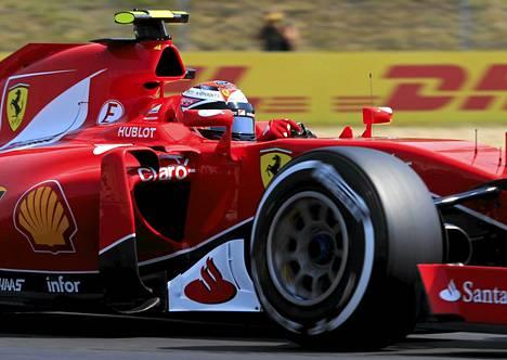 Kimi Räikkönen on ollut Unkarissa pari kymmenystä tallikaverinsa Sebastian Vettelin edellä.