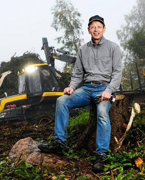 """Sipoossa 120 hehtaaria metsää omistava Gösta Lundström on tyytyväinen Euroopan parlamentin metsäkantaan. """"Meni Suomen linjan mukaisesti, hyvä näin"""", Lundström sanoo. """"Lobbaus olisi kuitenkin pitänyt aloittaa paljon aikaisemmin, niin että ensimmäistä esitystä ei olisi tullutkaan."""""""