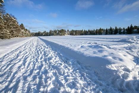 Talvisin Gallträskin jäälle tehdään vapaaehtoisvoimin luistelurata.