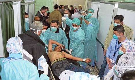 Miestä hoidettiin sairaalassa Aleppossa rakettihyökkäyksen jälkeen maaliskuun 19. päivänä, jolloin Syyrian hallitus ja kapinalliset syyttelivät toisiaan kemiallisten aseiden käytöstä.