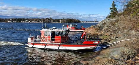 Pelastuslaitos lähetti paikalle yksiköitä myös veneillä.