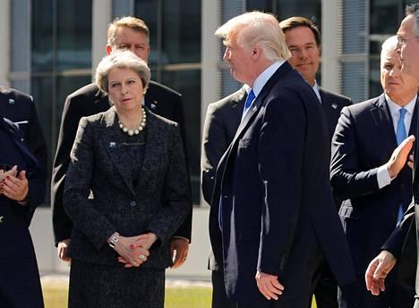 Yhdysvaltain presidentti Donald Trump saapui Naton huippukokoukseen torstaina. Vasemmalla Britannian pääministeri Theresa May.