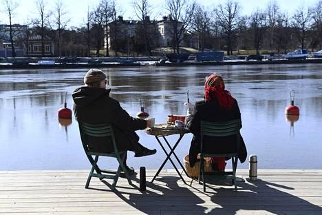 22. maaliskuuta: Ulkoilijat nauttivat piknikistä kauniissa säässä Kaisaniemenlahden rannalla.