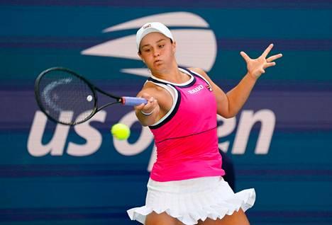 Ranskan avointen mestari Ashleigh Barty lyömässä palloa US Openin avauskierroksen ottelussa.