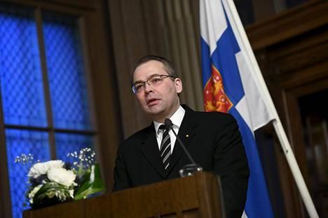 Puolustusministeri Jussi Niinistö (sin) puhui maanantaina valtakunnallisten maanpuolustuskurssien avajaisissa.
