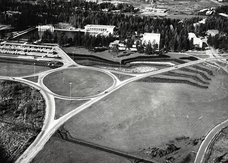 Tapiolan liikenneympyrä. Siitä oikealle päästään Itä-Tapiolaan, vasemmalle Länsi- ja Pohjois-Tapiolaan sekä kuvan alalaitaan päin Jorvaksentielle.
