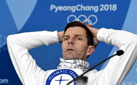 Janne Ahonen hoiti keskiviikon tiedotustilaisuuden seitsemän olympiakisojen rutiinilla.