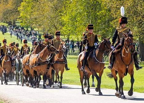 Kuninkaalliset hevosjoukot saapuvat Windsorin linnalle kunnialaukauksia varten. Kunnialaukauksilla muistettiin Prinssi Philipiä hänen hautajaispäivänään 17. huhtikuuta.
