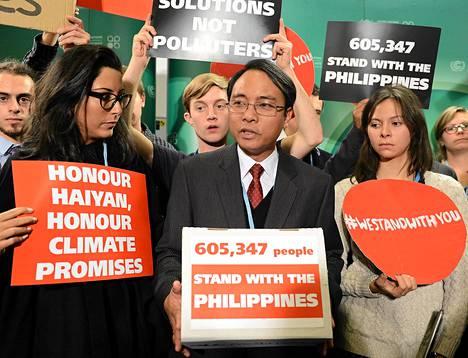 Filippiinien pääneuvottelija Yeb Saño kannattajineen kertomassa syömälakosta Varsovan ilmastokokouksessa.