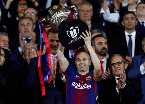 FC Barcelonan kapteeni Andres Iniestan nosti Espanjan cupin pokaalia 21. huhtikuuta 2018.