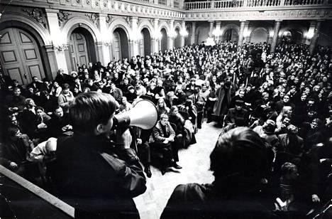 Opiskelijat valtasivat juhlapaikaksi aiotun Vanhan ylioppilastalon päivää ennen Helsingin yliopiston ylioppilaskunnan 100-vuotisjuhlia.