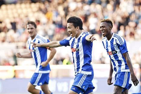 HJK:n Atomu Tanaka (kesk.) ja Nnamdi Oduamadi juhlivat joukkueen 1–0-maalia torstaina.