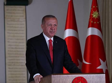 Turkin presidentti Recep Tayyip Erdoğan saattaa haluta kirjoittaa historiaa uusiksi ja näyttää tehneensä konkreettisia toimia Turkin islamistis-konservatiivisen identiteetin rakentamiseksi, arvioi Ulkopoliittisen instituutin vanhempi tutkija Toni Alaranta.