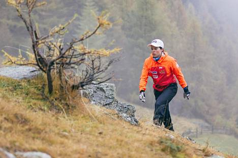 Krista Pärmäkoski vuoristolenkillä Italian Val Senalesissa lokakuussa 2016.