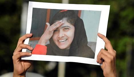 Pakistanilainen mielenosoittaja piteli Malala Yousafzain kuvaa Islamabadissa lauantaina.