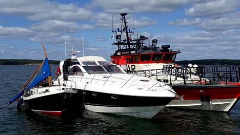 Moottorivene oli huomattavasti purjevenettä suurempi.