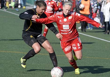 Hongan Roosa Ariyo (vas.) ja Unitedin Adeline Engman kamppailevat pallosta liigan avauksessa Espoossa.