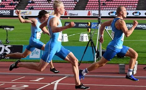 Viljami Kaasalainen (oik.), Samuli Samuelsson (kesk.) ja Riku Illukka ottivat pistevoiton Ruotsin miehistä.