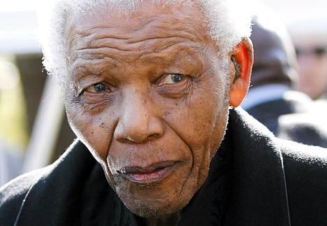 Etelä-Afrikan entinen presidentti Nelson Mandela pääsi kotiin kolmen viikon sairaalahoidon jälkeen. Kuva on vudoelta 2010.