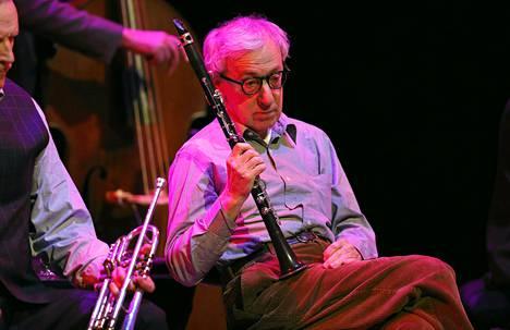 Yhdysvaltalaisnäyttelijä ja ohjaaja Woody Allen katseli sivusta Eddy Davis New Orleans Jazz Bandin esiintymistä Opera Garnierissä Monacossa maanantaina.