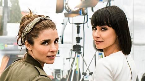 Rachel (Shiri Appleby, vas.) on deittiohjelman kilpailijoita mestarillisesti manipuloiva tuottaja, Quinn King (Constance Zimmer) hänen piinkova pomonsa.
