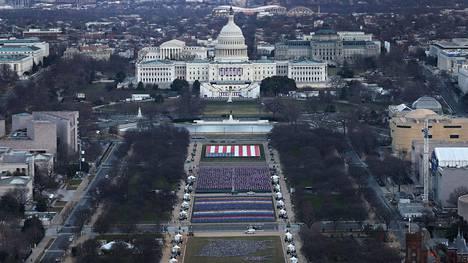 National Mall -puistoon Washingtonissa on tuotu noin 191500 Yhdysvaltain lippua. Ne kuvastavat yhdysvaltalaisia, jotka eivät pääse matkustamaan pääkaupunkiin presidentin virkaanastujaisiin.