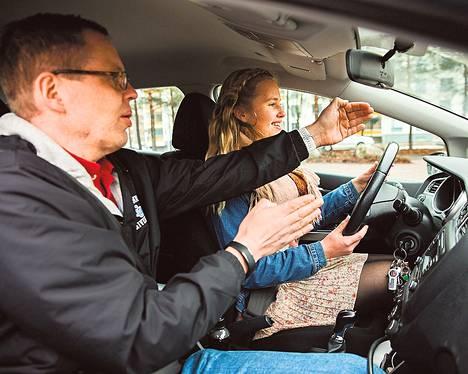 Helsinkiläinen Evelina Nykänen on opetellut ajamaan autoa isänsä Jarmo Nykäsen valvonnassa. Ajokortti on haaveissa alkukesästä.