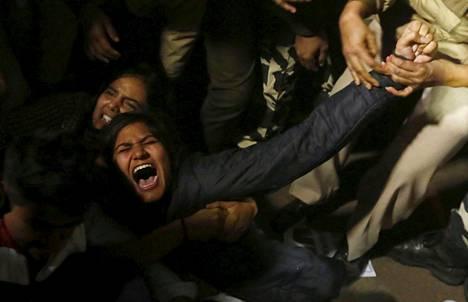 Poliisi pidätti joulukuussa Delhissä mielenosoittajan, joka vastusti joukkoraiskauksesta tuomitun alaikäisen miehen vapauttamista.