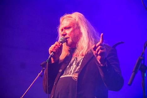 Yö Revisited esiintyö Tampereella syksyllä 2019.