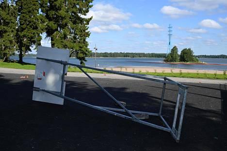 Hietaniemen koripallokentän teline oli kaatuneena lauantaiaamulla.