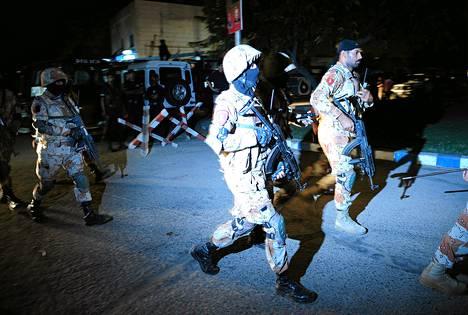 Pakistanilaisia turvamiehiä saapui Karachin lentokentälle sunnuntai-iltana tapahtuneen hyökkäyksen jälkeen.