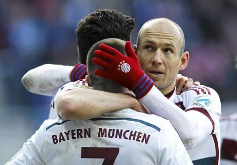 Arjen Robben (oik.) kaulaili Robert Lewandowskin kanssa maalinsa jälkeen. Molemmat miehet iskivät kaksi maalia Paderbornin verkkoon.