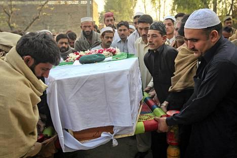 Omaiset kantoivat Naton iskussa kuolleen sotilaan arkkua hautajaisissa lauantaina.