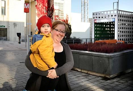 """Espoolaiset Anu ja Elli van Heijst ovat erittäin tyytyväisiä uuteen kotiinsa Tapiolassa aivan metroaseman vieressä. """"Meiltä on metroasemalle matkaa vain parisataa metriä. Vielä kun metro kulkisi"""", Anu van Heijst sanoo."""