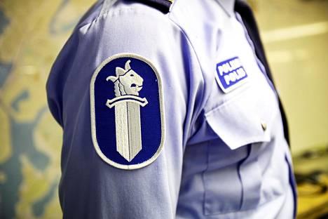 Poliisin virkapukuun kuuluu myös nimikyltti.